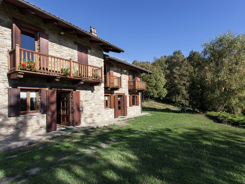 Apartment in old renovated farmhouse, with garden, surrounded by greenery., vakantiewoning in Chiaverano
