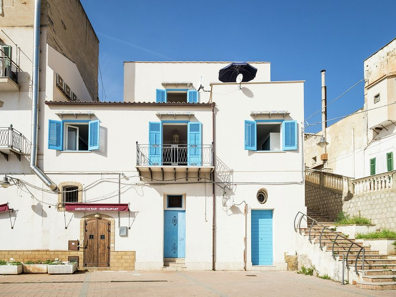 Tastefully decorated holiday home in the harbour of the village of Porticello, casa vacanza a Santa Flavia
