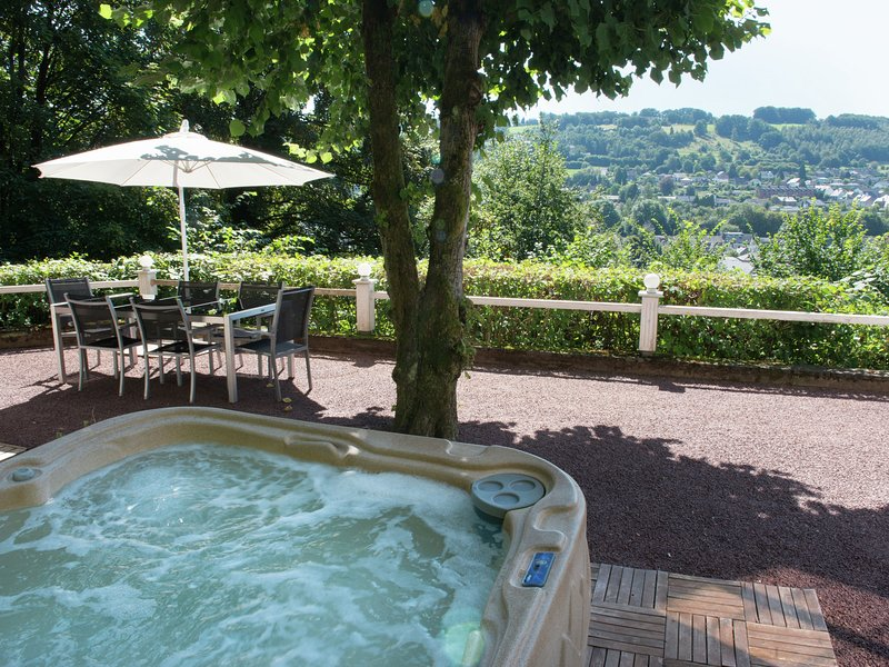 Victorian house in the woods with open views of the city, jacuzzi and sauna, holiday rental in Malmedy