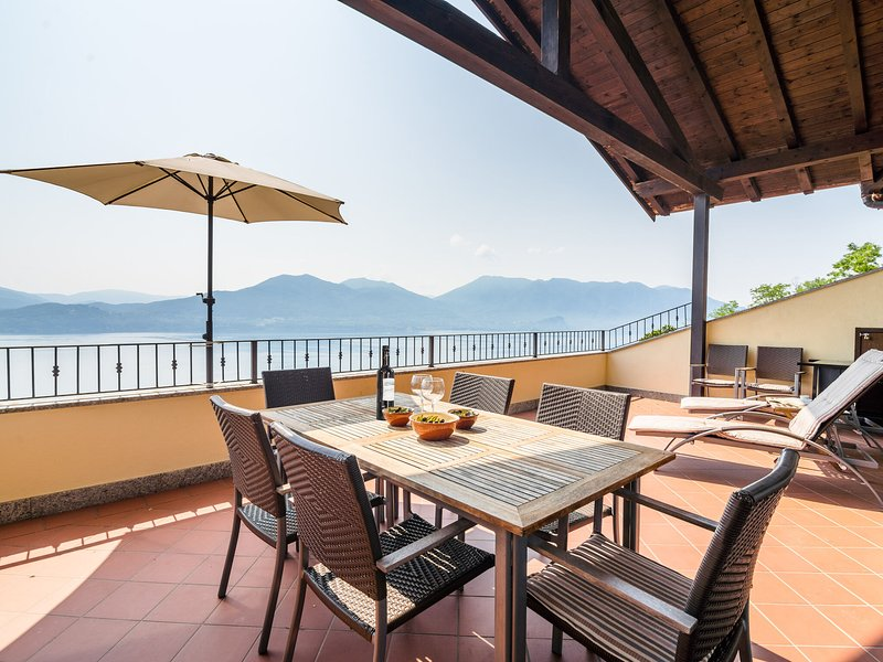 Panoramic house in a residence upon the green hills overlooking Lake Maggiore, holiday rental in Barbe Superiore