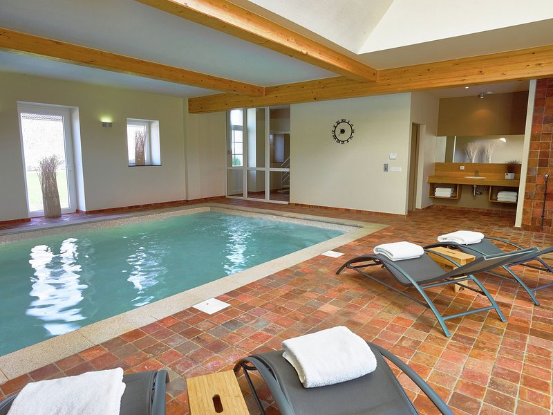 Cozy Holiday Home in Mettet with Private Pool and Sauna, vacation rental in Maredret