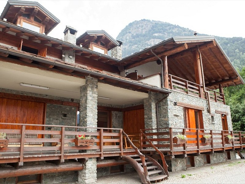 The chalet is situated in a quiet and sunny area of Antey Saint André., location de vacances à Chamois