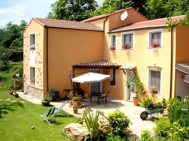 Attractive, spacious accommodation with large garden., Ferienwohnung in Cairo Montenotte