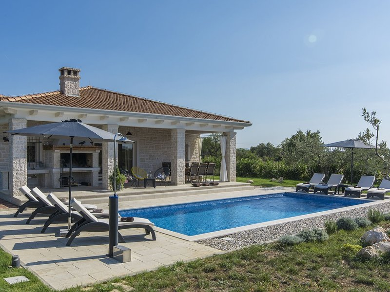 Spacious Villa for up to 8 persons with private pool, garden, BBQ, A/C, location de vacances à Zverinac