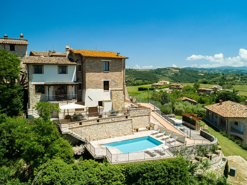 Holiday home with swimming pool and fantastic view in a special borgo, Ferienwohnung in Piedicolle