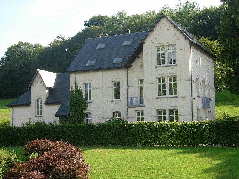 Cozy Holiday Home In Chimay With A Garden, vacation rental in Eau d'Heure