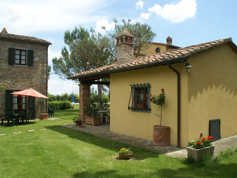 Beautiful holiday home with view over Cortona in beautiful surroundings, Ferienwohnung in Camucia