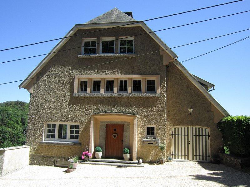Modern Holiday Home in Bouillon with Terrace, alquiler vacacional en Bazeilles