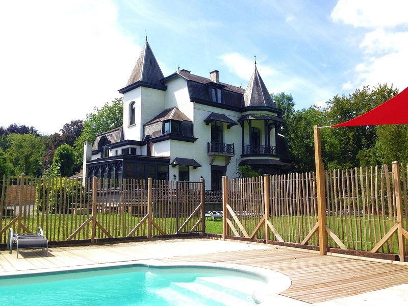 Luxury Mansion in Hastière-par-Delà with Swimming Pool, Ferienwohnung in Dinant