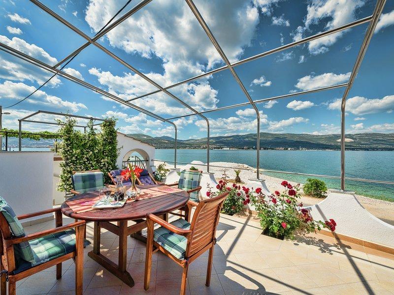 Apartment with jacuzzi & terrace overlooking the sea & the beach on its doorstep, location de vacances à Arbanija
