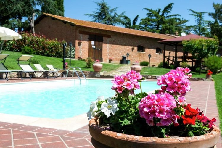 Villa with private pool near Cortona in the calm countryside and hilly landscape, holiday rental in Montalla