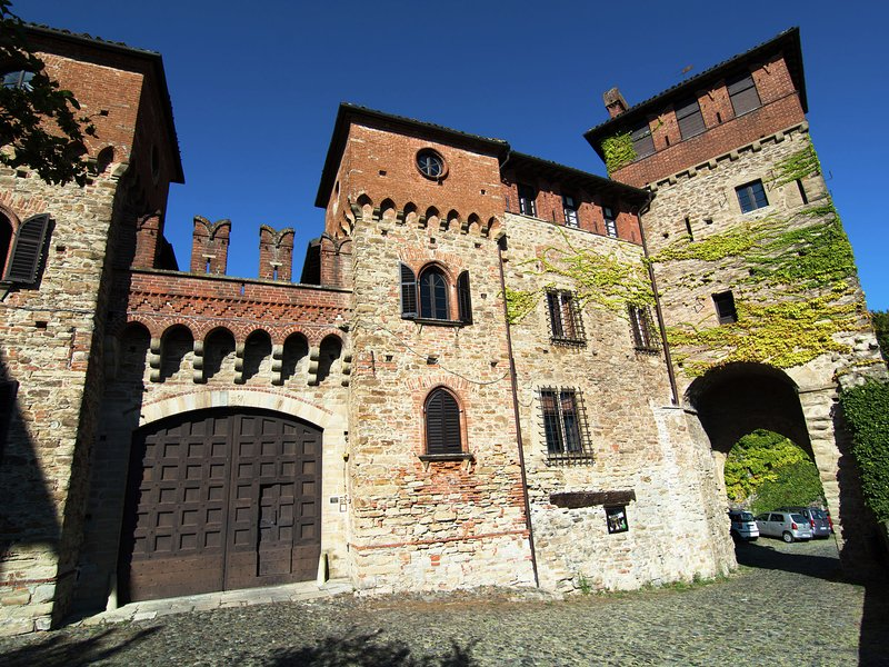 Historic Castle in Tagliolo Monferrato Amidst Vineyards, location de vacances à Montaldeo