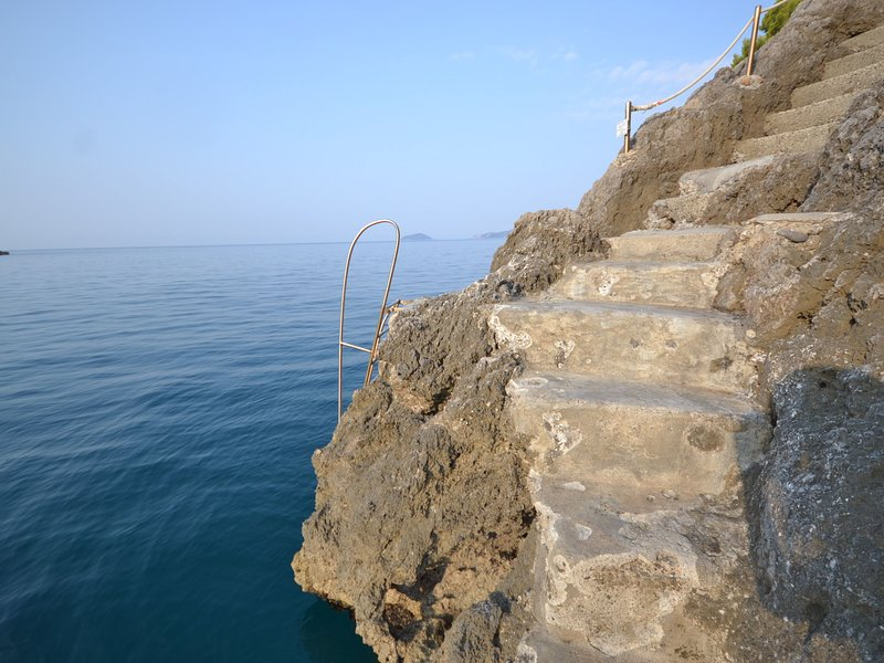 A hammock to enjoy the ocean view and your own private access to the rocky beach, holiday rental in Tellaro