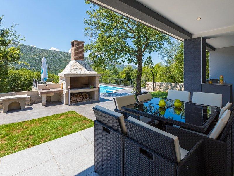 Modern holiday home with private pool and mountain view !, aluguéis de temporada em Tribalj