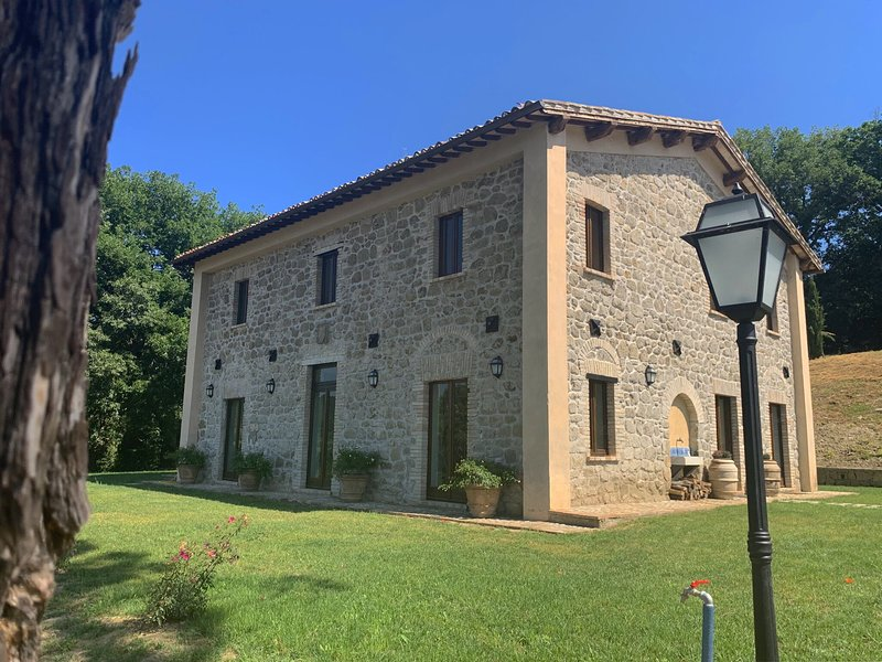 Completely renovated former farmhouse with infinity pool, casa vacanza a Castiglione in Teverina