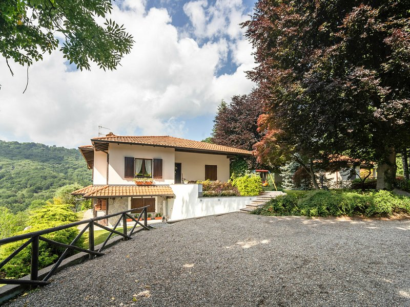 Spacious Holiday Home in Gignese with Garden, location de vacances à Vezzo