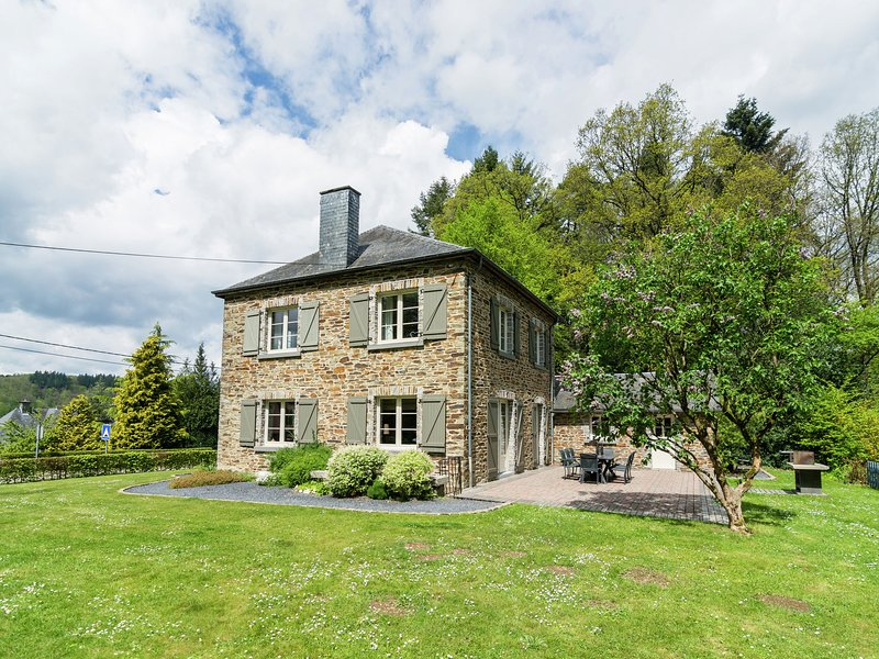 Spacious Cottage with Private Garden near Forest in Ardennes, holiday rental in Alle