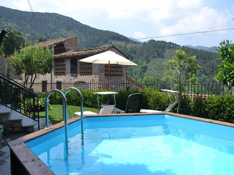 Modern villa with private pool and fenced garden 12 km from Lucca, vacation rental in Castelvecchio