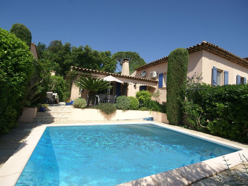 Beautiful villa with private pool, lovely terraces, privacy and near St. Tropez, holiday rental in Cogolin