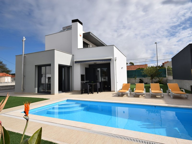 Lavish Villa in Foz do Arelho with Private Swimming Pool, holiday rental in Cidade