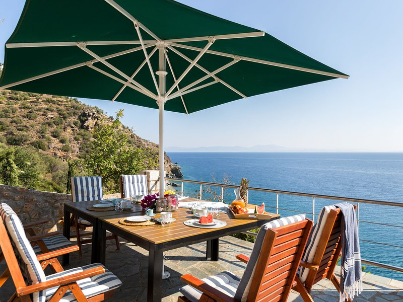 Four outstanding villas located near the sandy and pebbly beach of Kissakas, casa vacanza a Leonidio