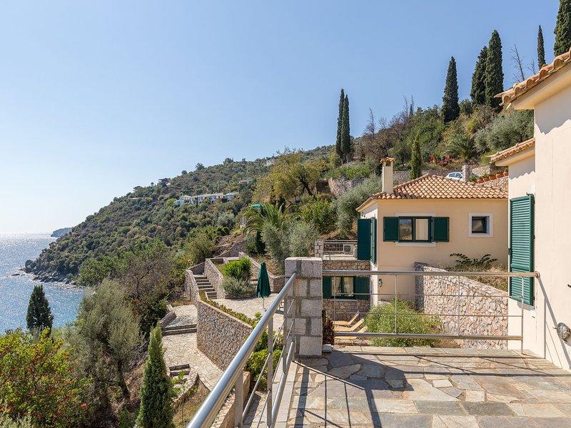 Charming Child-friendly Villa near Sea in Pera Melana, casa vacanza a Leonidio