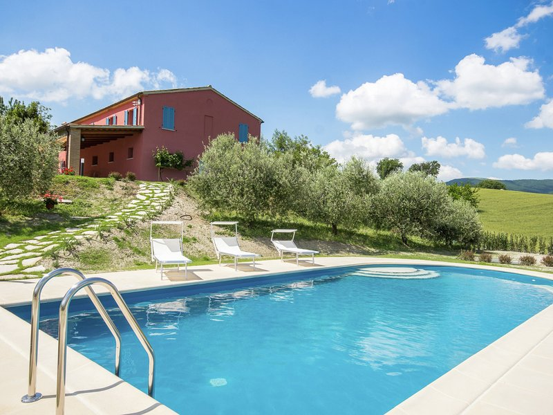 Modern Villa in Fossombrone with Swimming Pool, location de vacances à Fratte Rosa