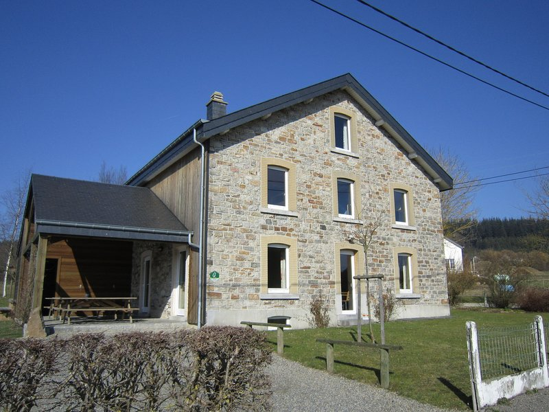 Well equipped group house surrounded by a large garden., holiday rental in Commanster