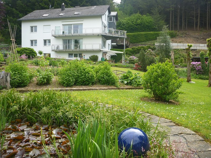 A spacious and well kept holiday home at the foot of the Schwarzer Mann., holiday rental in Bleialf