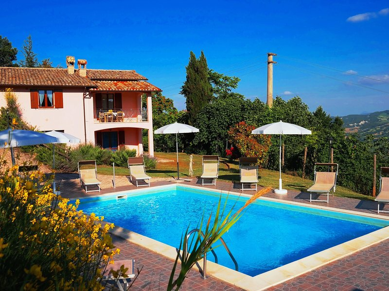 Holiday house with pool, near the sea and mountains, beautiful views, holiday rental in Acqualagna