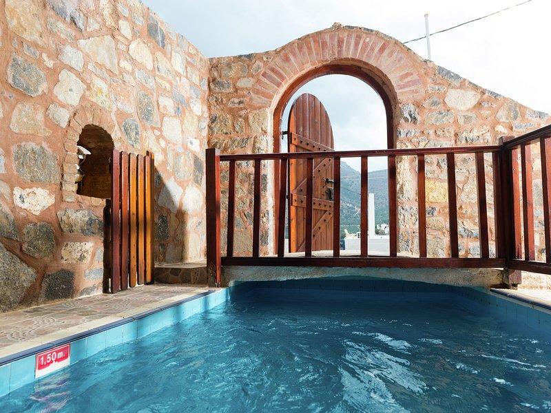 Luxurious Apartment in Elounda Crete with Swimming Pool, location de vacances à Fourni