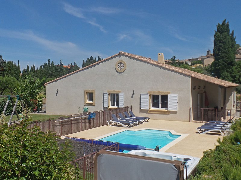 Villa with air-con, heated pool, jacuzzi, fenced garden and kids play equipment, vacation rental in Puicheric