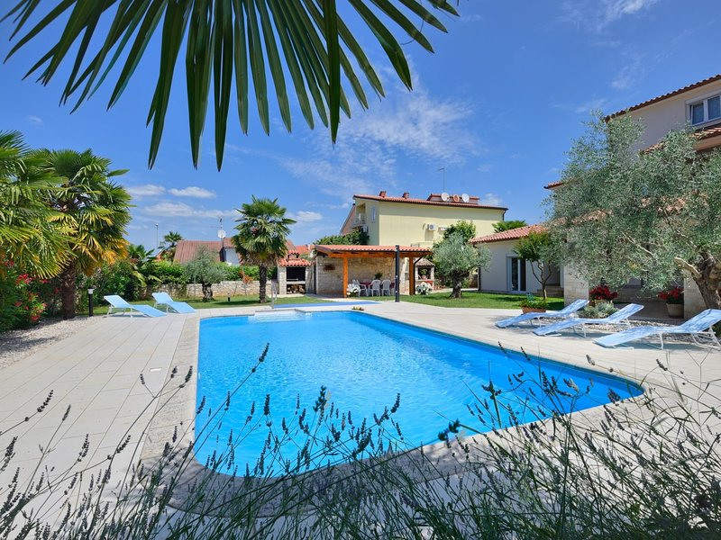 Comfortable apartment with pool, Wi-Fi and air conditioning, ideal for a couple, location de vacances à Mali Maj