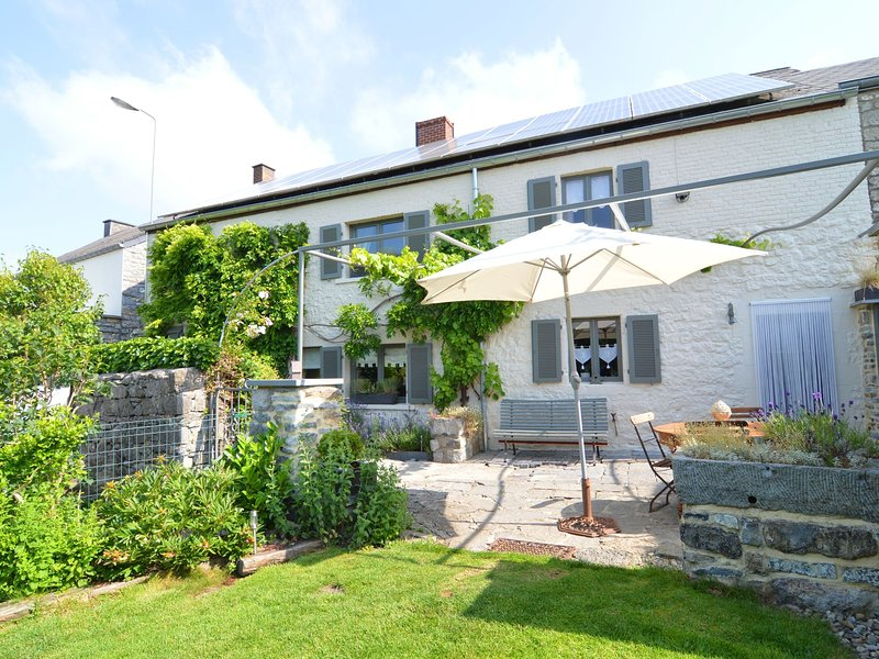 Charming cottage, tastefully presented and located in the Meuse valley., vacation rental in Soulme