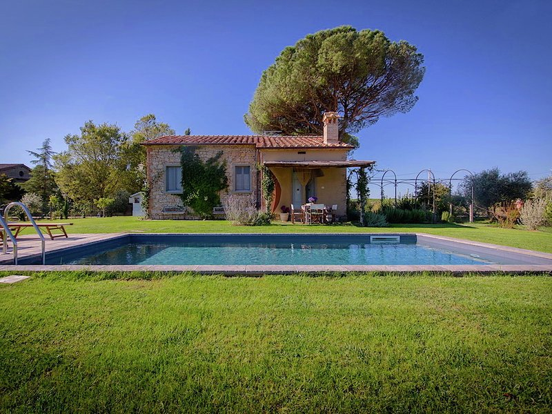 4-person villa with private swimming pool and garden in lovely surroundings near, vacation rental in Terontola