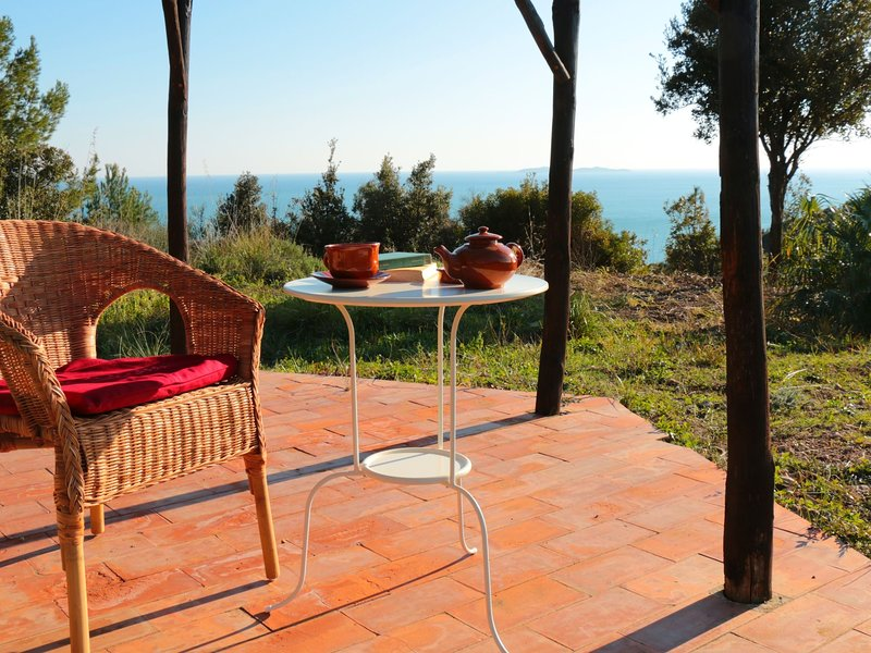 Charming farmhouse with stunning views over the Tuscan sea from the big garden, casa vacanza a Isola di Giannutri