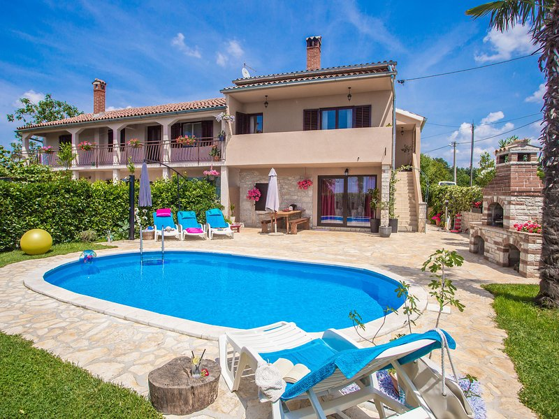 Nicely decorated semi-detached house with pool and  fenced yard - pets friendly, holiday rental in Mofardini