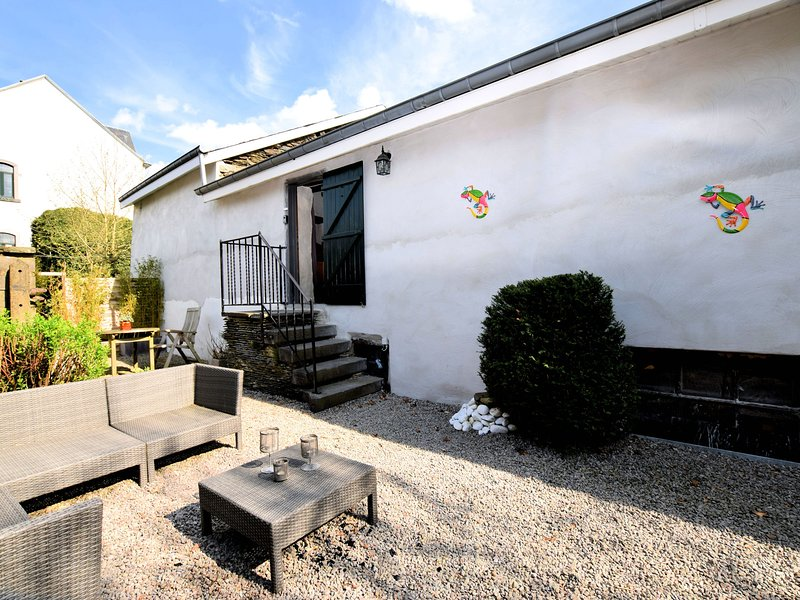 Characteristic and atmospheric semi-detached house with WiFi near Luxembourg, location de vacances à Gouvy