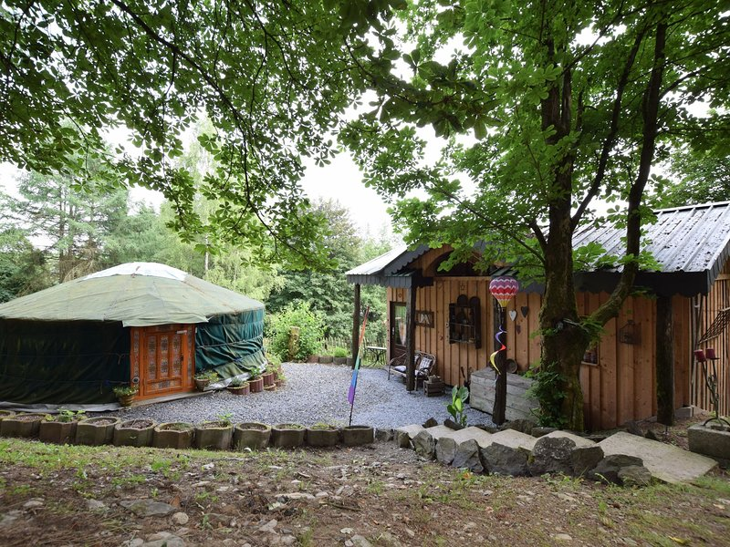 A romantic and special holiday in a yurt and a comfortable little home!, alquiler vacacional en Achouffe