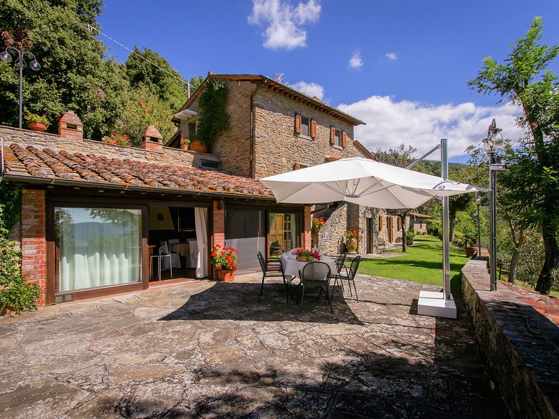 Lovely Villa in Cortona with Swimming Pool, holiday rental in Portole