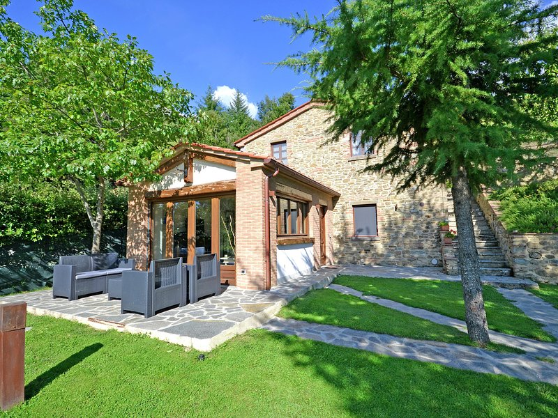 Spacious Holiday Home in Cortona with Swimming Pool, holiday rental in Teverina
