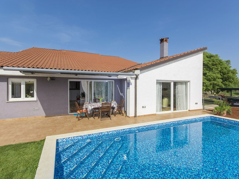 Wonderful, modern villa with pool, whirlpool and garden, near Rovinj, holiday rental in Rovinjsko Selo