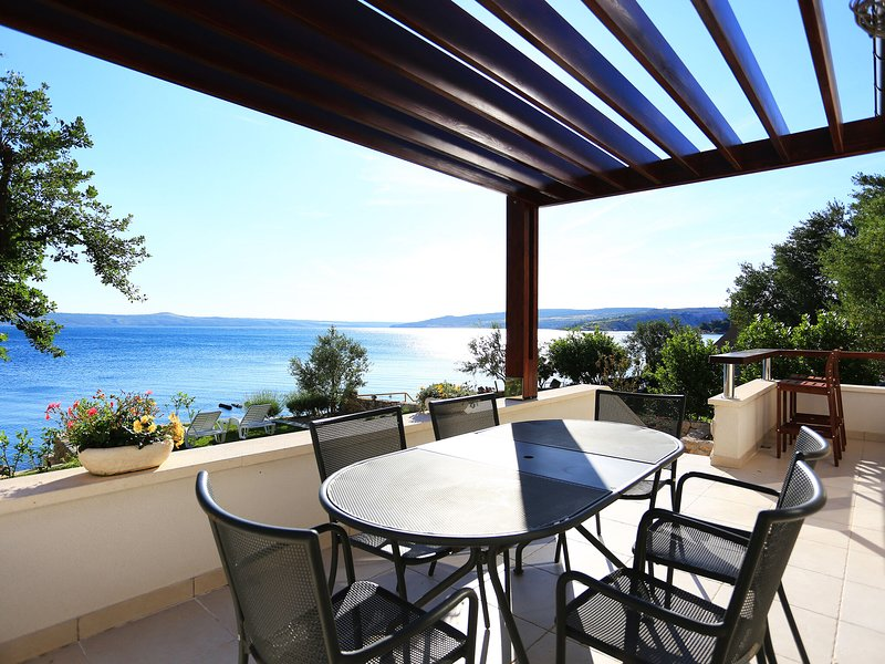 Unique beach house with beautiful garden and covered terrace offering sea views, vacation rental in Maslenica