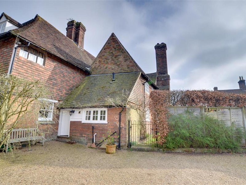 Spacious and bright accommodation full of original beams and antique furniture, holiday rental in Goudhurst