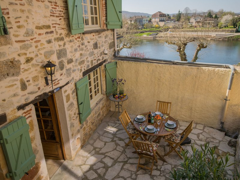 Authentic city house in the old centre of Puy L'Eveque, directly by the Lot., holiday rental in Puy-l'Eveque