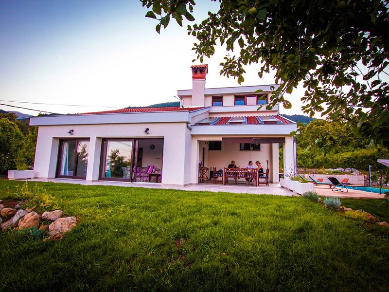 Modern Villa in Icici with Pool, holiday rental in Poljane
