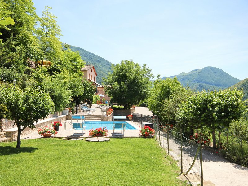 Charming villa with private pool, panoramic and sunny location, fully fenced, Ferienwohnung in Piobbico