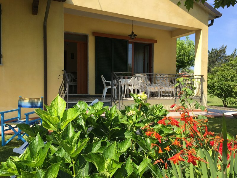 Villa with garden and parking space near the Tuscan Coast, holiday rental in Poveromo