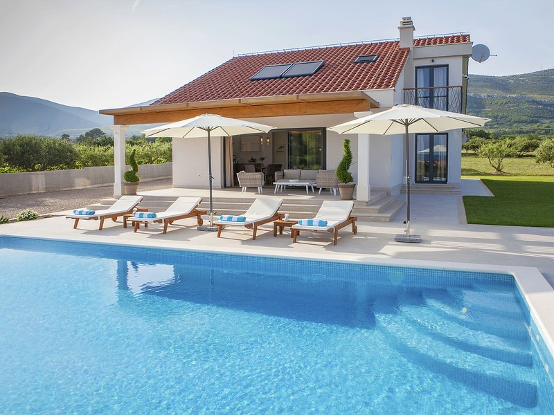 Modern, brand new villa with private pool, in between Trogir and Split, holiday rental in Rudine