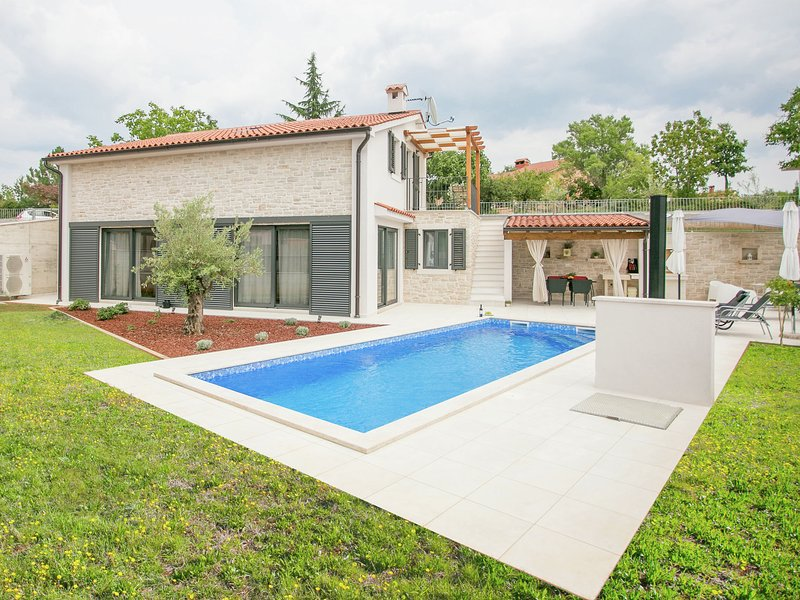 Luxurious Villa in Tinjan with Swimming Pool, casa vacanza a Tinjan